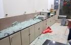 ہجوم نے ہسپتال کے مختلف وارڈ اور کمروں کی کھڑکیوں کے شیشے بھی توڑ دیے۔